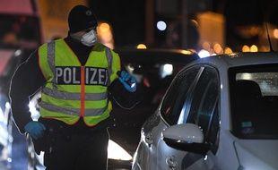 Un policier arrête un automobiliste sur le pont de Kehl, à la frontière avec Strasbourg, avant de lui demander s'il a la grippe