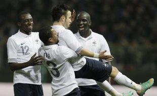 Les joueurs de l'Equipe de France félicient Mathieu Valbuena, buteur lors de la victoire 2-1 contre l'Italie, à Parme, le 14 novembre 2012.