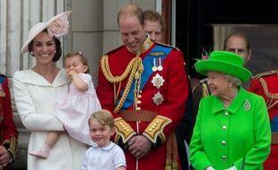 (G à D) La duchesse de Cambridge tenant sa fille la princesse Charlotte, le prince George, le prince William, le Duc de Cambridge et la reine Elizabeth II, le 11 juin 2016 à Buckingham Palace.