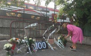 Une femme dépose des fleurs, lundi soir, là où le corps d'une femme a été découvert roué de coups à Cagnes-sur-Mer
