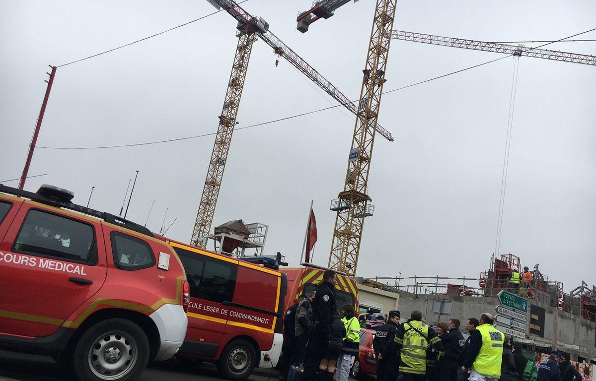 A gauche, la grue en haut de laquelle la maman de deux enfants autistes s'est perchée le 1er février 2017, à Lille – . Aballain / 20 Minutes
