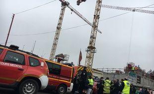 A gauche, la grue en haut de laquelle la maman de deux enfants autistes s'est perchée le 1er février 2017, à Lille