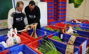 """Des producteurs bio préparent le 27 mars 2015 à Tarbes (Hautes-Pyrénées) les commandes reçues par internet, dans le cadre du premier """"drive fermier"""" de France"""