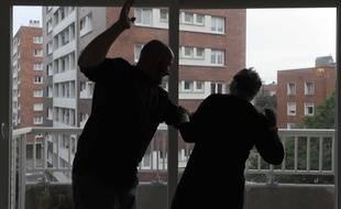 Un jeune homme a tiré six fois sa petite amie la blessant aux jambes puis l'a frappée avant de lui demander de nettoyer les taches de sang, à Malzéville près de Nancy (Meurthe-et-Moselle). (Illustration)