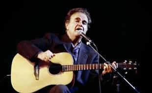 Le chanteur français Guy Béart sur scène à l'Olympia à Paris, le 18 décembre 1988