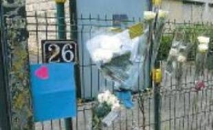 Des fleurs ont été déposées en hommage devant le collège.