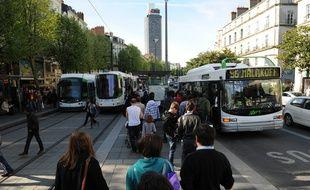 NANTES, le 05/04/2011 Bus et trams de la TAN ˆ l'arrt Commerce