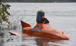 Photo prise le 2 novembre 2014 de l'éleveur de poulets chinois Tan Yong qui s'apprête à plonger dans le lac du Danjiangkou avec son sous-marin fait maison.