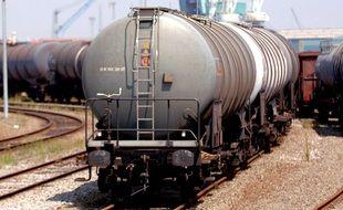 Illustration. Un wagon citerne sur une voie ferrée.