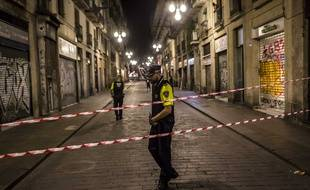 Les policiers mettent en place un périmètre de sécurité près du site où une camionnette a foncé sur les piétons dans le centre-ville de Barcelone