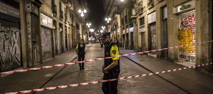 Les policiers mettent en place un périmètre de sécurité et identifient des personnes près du site où une camionnette a foncé sur les piétons de Las Ramblas, dans le centre-ville de Barcelone, au nord-est de l'Espagne, le 17 août 2017. Credit:ANGEL GARCIA/SIPA