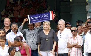 La présidente du Front national, Marine Le Pen, en visite sur l'île de la Réunion, le 27 novembre 2016.