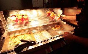 La cuisson des frites dans un restaurant McDonald's, à Marseille, en 2010.