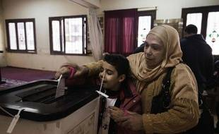Les Egyptiens votaient samedi pour la deuxième et dernière phase d'un référendum sur un projet de Constitution défendu par les islamistes, qui semble en passe d'être adopté malgré une campagne acharnée de l'opposition et une profonde crise politique.