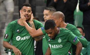 Timothée Kolodziejczak est félicité par Hamouma, Khazri et Nordin après avoir inscrit le but stéphanois, jeudi contre Wolfsburg. PHILIPPE DESMAZES