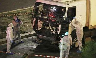 Les enquêteurs examinent le camion qui a servi à l'attentat de Nice le 14 juillet 2016.