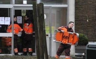 Le jeune homme de 20 ans qui a tué deux bébés et une puéricultrice dans une crèche en Belgique était équipé pour commettre un véritable carnage, avec sur lui trois couteaux, une hachette et, sous ses vêtements, un gilet pare-balles, a révélé samedi la justice.