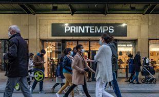 Des passants devant un magasin à Lyon, le 28 novembre 2020.