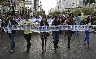 Des manifestants à Mexico, le 8 octobre, demandent justice pour les 43 étudiants disparus à Iguala