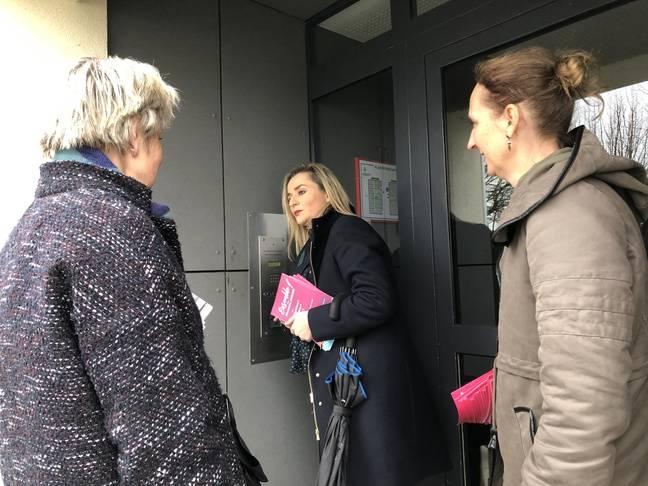 Alexandra Cordier, candidate aux municipales à Besançon, en opération de porte-à-porte le 27 février 2020, avec deux colistières.