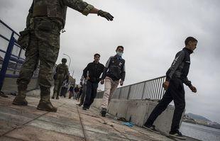 L'armée espagnole se déploie à la frontière du Maroc et de l'Espagne, dans l'enclave espagnole de Ceuta, le mardi 18 mai 2021.