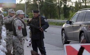 Un checkpoint à Boryspil, à l'extérieur de Kiev, tenu par les forces de sécurité ukrainiennes, le 5 mai 2014.