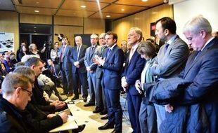 Le ministre de l'Economie Emmanuel Macron (C) aux côtés d'investisseurs américains à l'extérieur des locaux du groupe verrier français Arc International, le 24 décembre 2014 à Arques