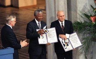 Prix Nobel de la paix, célébré comme le père de la nation sud-africaine, réconciliateur des différents groupes déchirés par l'apartheid, Nelson Mandela a pourtant été au début de sa vie politique un nationaliste africain qui ne voulait plus de Blancs dans le pays, avant de se lancer dans la lutte armée.