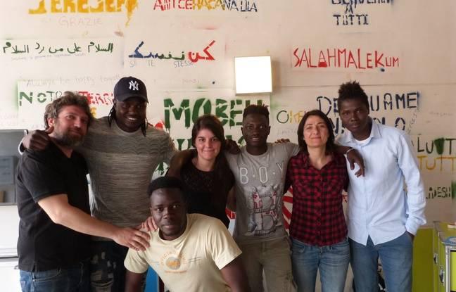 De gauche à droite, dans les locaux de Booq, Gabriele, Mohamed, Micol, Lamine, une opératrice de BSF, Abdi avec Fadou au premier plan.