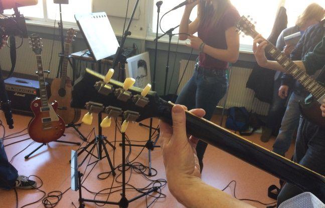 Le psychiatre Xavier Pommereau anime un atelier de médiation rassemblant de jeunes adolescents suicidaires autour de la musique.