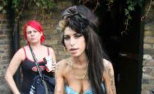 Amy Winehouse, légèrement vêtue sortant de son domicile de Camden pour proposer aux paparazzi des Mr Freeze, le 11 juin 2008.