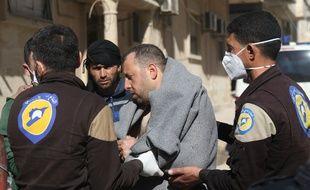 Un Syrien est pris en charge par les secours après l'attaque chimique d'un village dans une province du nord ouest de la Syrie.