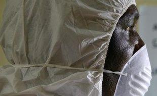 Un employé sanitaire portant un masque de protection participe à un exercice d'alerte à Monrovia, le 29 août 2014