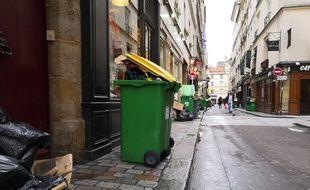 Ce lundi matin, rue des Canettes, près de l'église Saint-Sulpice, les poubelles débordaient mais devaient être ramassées dans la journée.