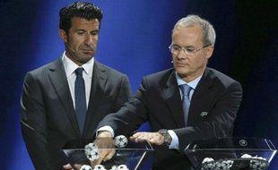 Luis Figo et Giorgio Marchetti pendant le tirage au sort de la Ligue des champions à Monaco le 29 août 2013.