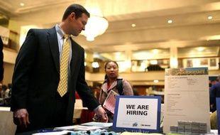 Les nouvelles inscriptions au chômage aux Etats-Unis ont poursuivi leur baisse, atteignant leur niveau le plus bas depuis quatre ans, selon des chiffres publiés jeudi par le gouvernement.