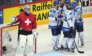 La Finlande, tenante du titre, a pris seule les commandes de son groupe au Mondial-2012 de hockey sur glace, après sa belle victoire (5-2) face à la Suisse, mardi devant son public de Helsinki