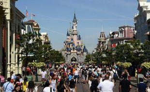 Des visiteurs dans la rue principale de Disneyland Paris à Marne-la-Vallée.