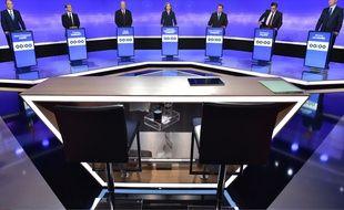 Les pupitres des journalistes pour le troisième débat de la primaire de la droite et du centre.