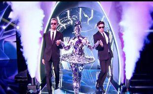 La « star internationale » de la deuxième saison de « Mask Singer » était cachée sous un costume tout en miroirs