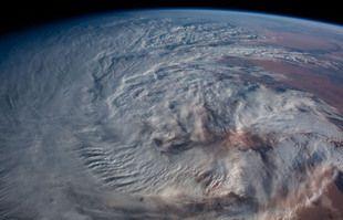 Tourbillon de nuages au-dessus de la partie nord du désert du Sahara.