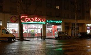Le 6 décembre, l'enseigne Casino a ouvert son premier supermarché de France accessible 24h/24 et 7 jours/7 à Lyon.