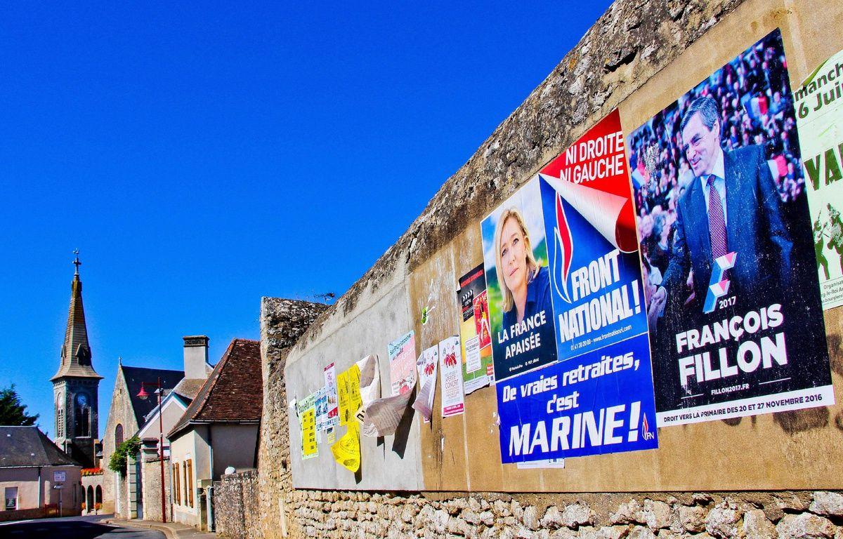 Des affiches de Marine Le Pen et François Fillon dans un village de la Sarthe, le 7 septembre 2016. – GILE MICHEL/SIPA