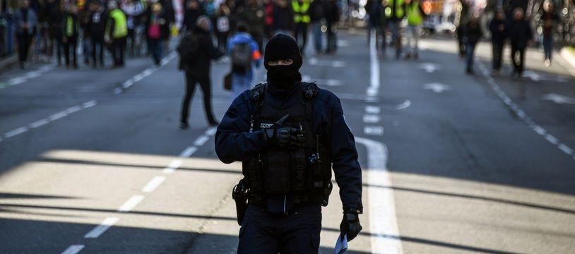 Un policier en cagoule lors d'une manifestation à Toulouse le 11 janvier (illustration)