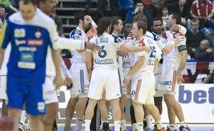 Les joueurs de l'équipe de France se congratulent après la victoire face à la Slovénie, le 22 janvier 2012