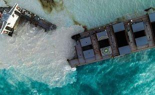 Voici une vue aérienne du Wakashio, navire qui s'est cassé en deux dimanche 16 août 2020 au large de l'île Maurice.