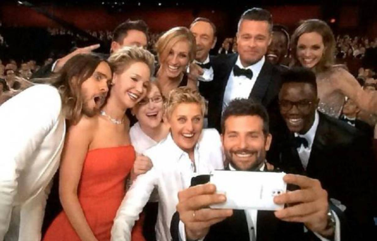 Le selfie VIP des Oscars, avec Bradley Cooper, Brad Pitt, Angelina Jolie et Jennifer Lawrence, notamment, aux côtés de l'animatrice Ellen DeGeneres. – ABC/YOUTUBE