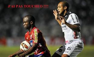 A droite, Rodrigo, le défenseur de Ponte Preta.