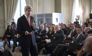 Le secrétaire d'Etat américain John Kerry a vanté mercredi à Paris devant des hommes d'affaires français le futur accord de libre échange entre les Etats-Unis et l'Union européenne qui inquiète sur le Vieux Continent, notamment en France à propos de l'agriculture.