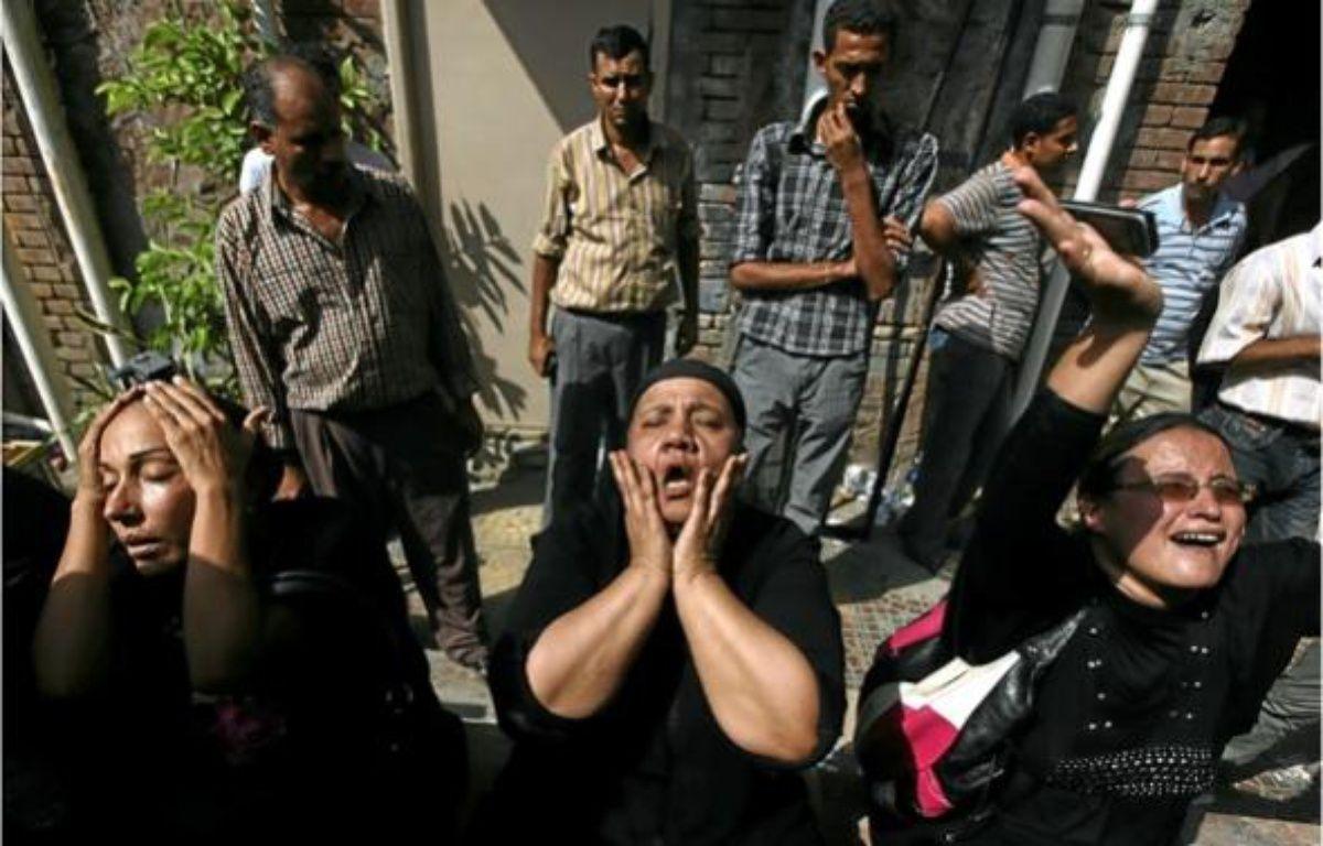 Des femmes de chrétiens coptes tués dimanche, à l'hôpital du Caire hier. –  K. HAMRA / AP / SIPA